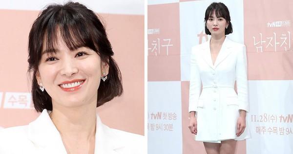 Mặc váy ngắn để trông trẻ trung nhưng tiếc là Song Hye Kyo lại vô tình lộ đôi chân kém mịn màng