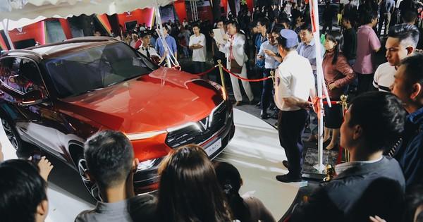 Hơn 2000 đơn hàng đăng kí mua ô tô xe máy VinFast sau 2 ngày: càng về cuối càng đông, quá giờ đóng cửa khách vẫn ùn ùn kéo đến