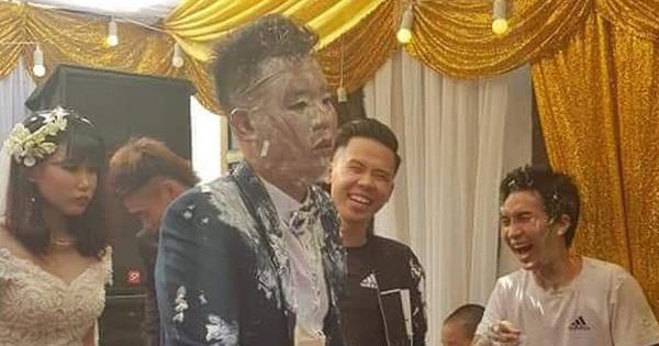 Vui thôi đừng vui quá: Cô dâu buồn thiu, chú rể thất thần sau khi bị hội bạn thân úp nguyên cái bánh gato cưới vào người