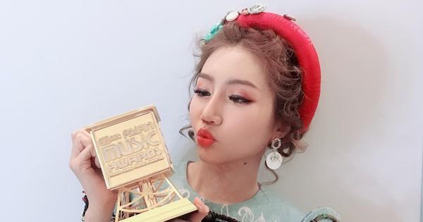 Orange vấp té khi lên sân khấu nhận giải ''Tân binh xuất sắc nhất châu Á'', hát hit ''Người lạ ơi'' song ngữ Việt - Hàn tại MAMA 2018