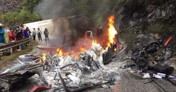 Lai Châu: Va chạm mạnh khiến xe đầu kéo bốc cháy còn container lật ngang giữa đường đèo