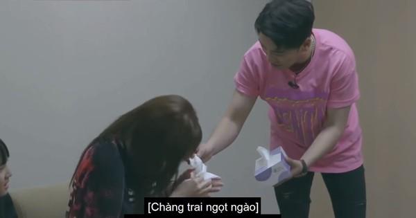 """""""Fan girl"""" chính hiệu là đây: Mẹ của thực tập sinh nhà YG òa khóc nức nở khi gặp Seungri (Big Bang)"""