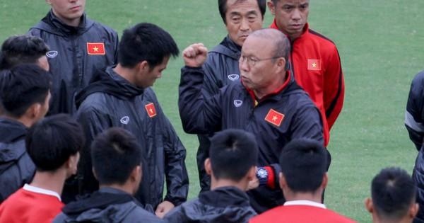 Mạnh ''gắt'' bị nhắc nhở trước toàn đội vì pha đánh nguội đội trưởng Malaysia