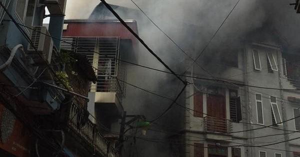 Hà Nội: Cháy dữ dội quán karaoke 4 tầng trong ngõ hẹp, cột khói bốc cao nghi ngút