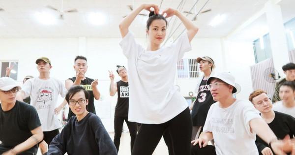 4 ngày trước liveshow khủng, Đông Nhi căng thẳng tập luyện cùng nhóm nhảy, hé lộ vũ đạo dễ thương thế này đây!