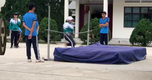 Ngày còn đi học, ai cũng có một đứa bạn tưởng như dành cả thanh xuân để nhảy qua xà!