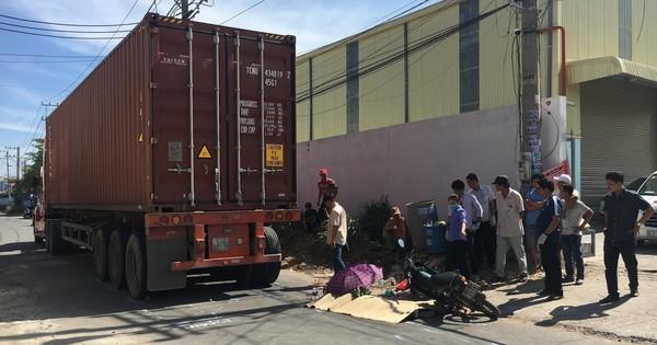 Bình Dương: Con gái bị xe container cán tử vong thương tâm, người mẹ ôm thi thể gào khóc thảm thiết