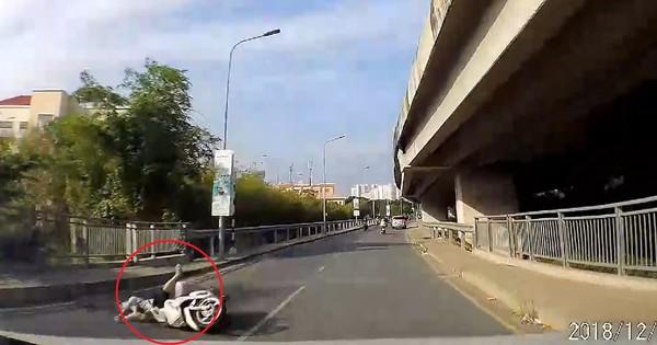 Clip: Cướp giật táo tợn khiến người phụ nữ đi xe máy ngã văng nhiều mét giữa đường
