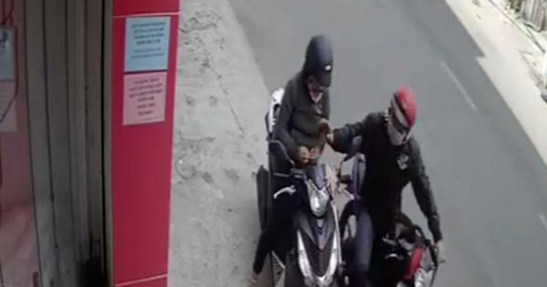 """Đứng ven đường cạy móng tay, một phụ nữ bị cướp """"hỏi thăm"""" vì tưởng đang bấm điện thoại"""