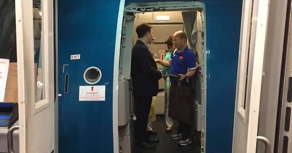 Vietnam Airlines tiếp tục tăng chuyến, đưa máy bay Airbus A350-900 chở CĐV sang Malaysia cổ vũ cho đội tuyển Việt Nam