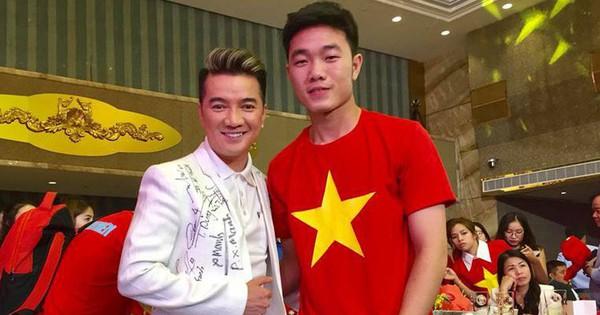 """Là """"ông hoàng hàng hiệu"""" nhưng chiếc áo phủ đầy chữ ký của U23 Việt Nam mới là thứ độc nhất vô nhị của Đàm Vĩnh Hưng!"""