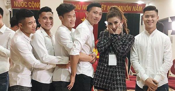Đứng bên cạnh người đẹp nhưng dàn cầu thủ U23 Việt Nam lại ôm nhau, để mặc Huyền My một mình e ấp!