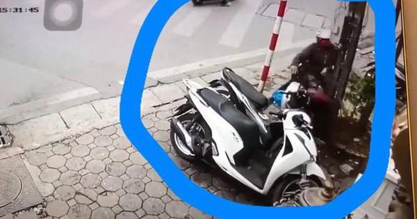 Clip: Xe máy bỗng dưng kẹt ga khiến bác trung niên tự lao thẳng vào cột điện trên vỉa hè