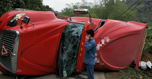 Lào Cai: Xe đầu kéo lật ngang đè lên xe máy, thai phụ may mắn thoát chết trong gang tấc