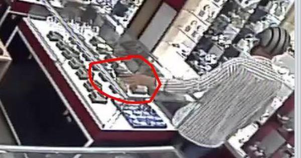 """Clip: Người đàn ông ăn mặc lịch sự vào cửa hàng """"cầm hộ"""" chiếc điện thoại của nhân viên rồi lỉnh mất"""