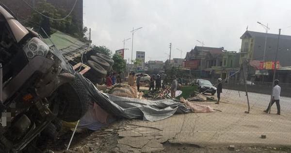 Thanh Hoá: Xe container húc tan đám cưới ven đường