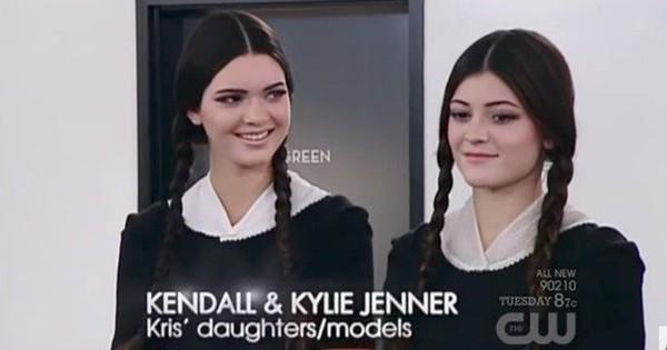 """Đây là Kendall – Kylie Jenner lúc còn làm nền cho dàn thí sinh """"Next Top Mỹ""""!"""