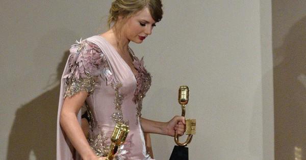 """Thanh lịch như Taylor Swift cũng có ngày """"lộ hàng"""" vì váy xẻ tà cao sexy"""