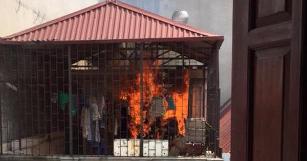 Clip: Tầng thượng một căn nhà ống tại Hà Nội bốc cháy dữ dội, thiêu trụi quần áo đang phơi