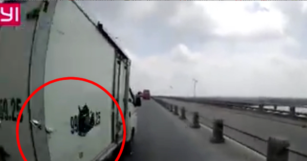 Hà Nội: Xe tải tạt đầu văng cả gương xe khác đang đi cùng chiều trên cầu Thanh Trì rồi chạy mất