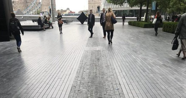 Anh: Dân tình mải dùng smartphone bị ngã xuống rãnh nước 30 tỷ, chủ dự án sợ kiện nên lấp bỏ luôn