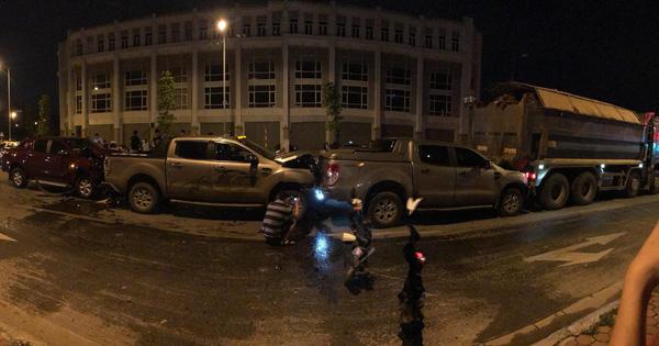 Hà Nội: 3 xe bán tải và 1 xe tải dồn toa thẳng tắp giữa phố