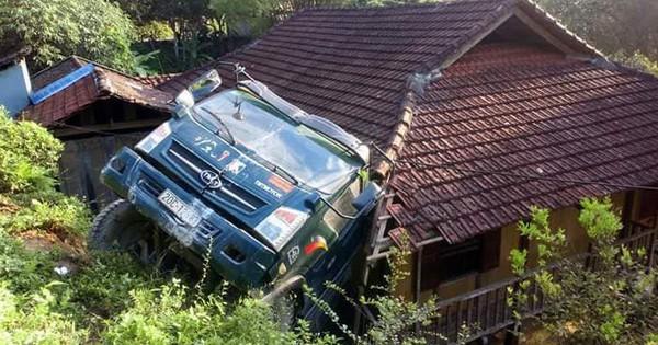 Bắc Kạn: Xe tải lùi quá đà rồi lao thẳng xuống… mái nhà dân