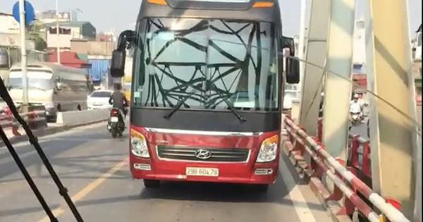 """Hà Nội: Xe bus đi lùi trên cầu vì """"lỡ"""" đi vào làn ngược chiều"""