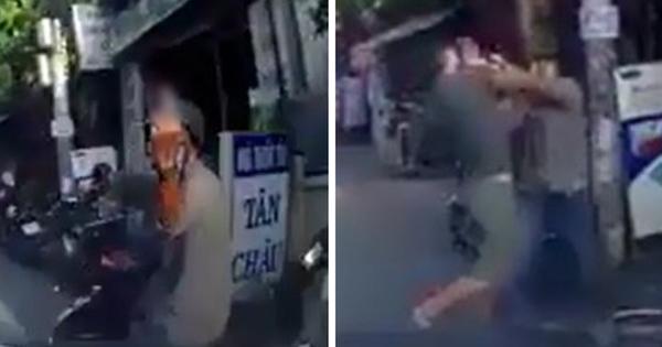 """Giơ """"ngón tay thối"""" sau va chạm giao thông, nam ninja bị đuổi đánh phải chạy vào nhà dân thoát thân"""