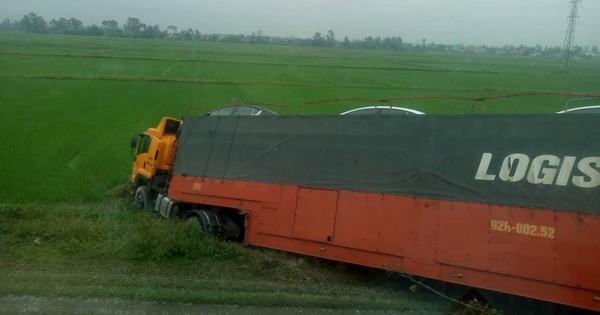 Nghệ An: Xe đầu kéo chở ô tô bất ngờ mất lái lao xuống ruộng