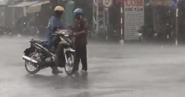 """Clip """"Bố dừng xe giữa đường mặc áo mưa cho con"""" gây tranh cãi trên MXH"""