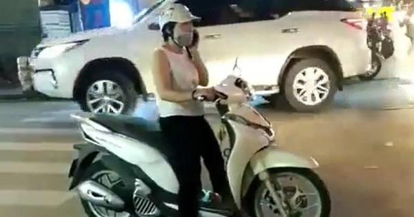"""Hải Phòng: Người phụ nữ thản nhiên dừng xe máy giữa ngã tư để """"""""buôn"""""""" điện thoại như ở nhà"""