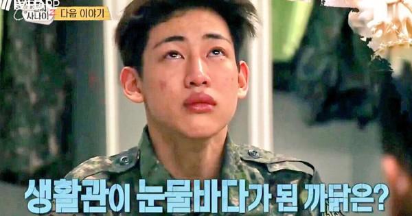 """Không chỉ sao nữ, dàn Idol nam Hàn Quốc cũng lộ mặt mộc nhợt nhạt, lấm tấm mụn khi đi """"nhập ngũ"""""""