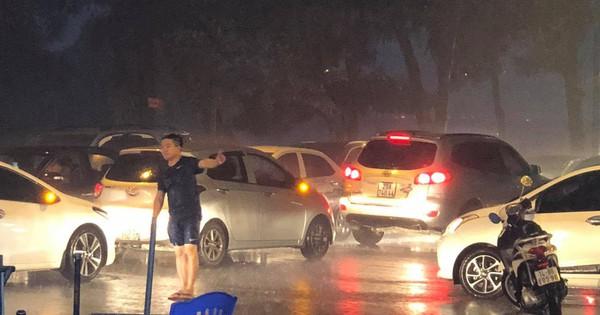 Thanh niên dầm mưa đứng phân luồng giao thông nhận được nhiều bình luận tích cực từ cư dân mạng