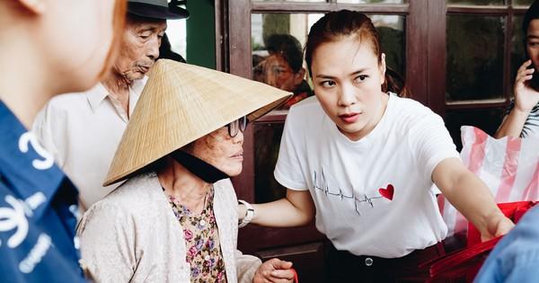 Mỹ Tâm về quê Quảng Nam trao quà cho người già neo đơn, hình ảnh đẹp ấm lòng mùa Vu Lan!