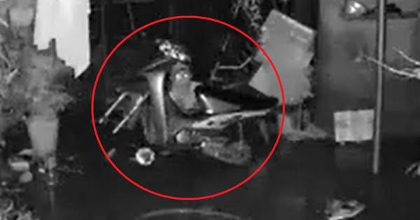 Tên trộm khó hiểu: Đột nhập vào nhà kiên nhẫn ngồi tháo hai bánh xe máy rồi mang đi