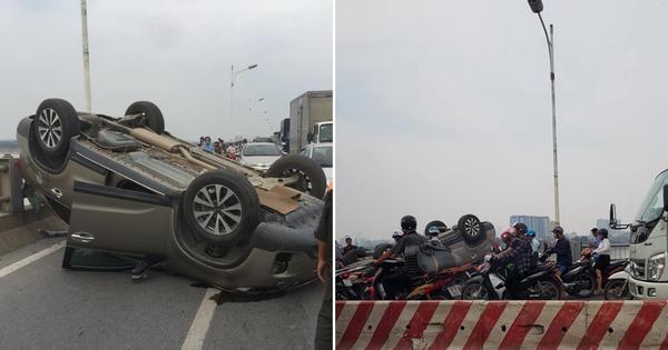 Hà Nội: Xế hộp KIA Sorento mất lái rồi nằm ngửa bụng giữa cầu Vĩnh Tuy gây ùn tắc kéo dài