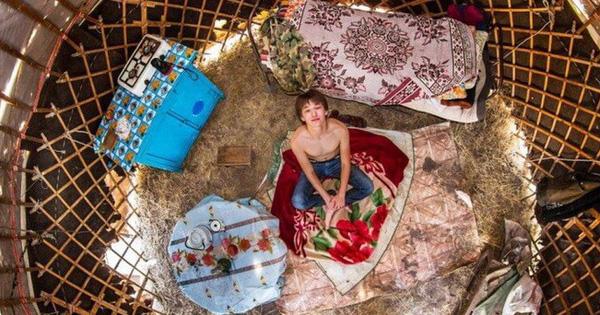 Chùm ảnh thú vị về những căn phòng ngủ đầy màu sắc ở khắp nơi trên thế giới, bạn hẳn sẽ thích mê căn phòng của anh chàng Paris đấy!