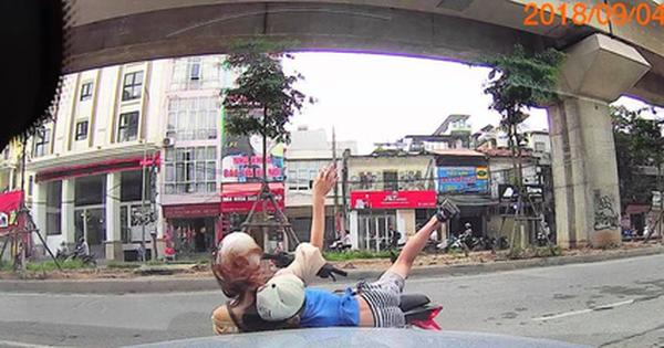 Hà Nội: Đi ngược chiều lại thiếu quan sát, cô gái chở theo trẻ nhỏ lao thẳng vào ô tô rồi bị hất tung