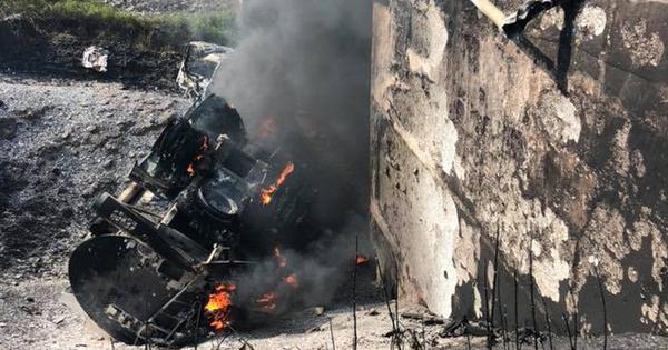 Xe chở xăng dầu đâm trực diện xế hộp trên cao tốc rồi phát nổ, hai tài xế may mắn thoát chết trong gang tấc