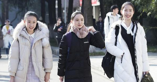 Kỳ tuyển sinh của ''lò đạo tạo Idol Trung Quốc'': trời quá rét khiến các thí sinh chẳng màng lồng lộn, ai cũng diện áo phao đại hàn như đồng phục