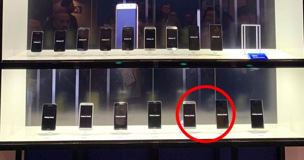 Mang cả đống smartphone đi khoe event nhưng Samsung lại lỡ ''quên'' 2 chiếc vì lý do bi hài này