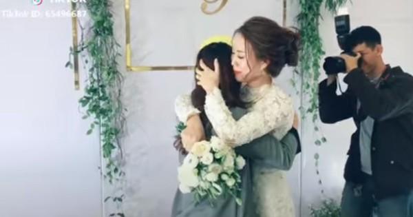 Clip: Cô dâu ôm bạn thân nghẹn ngào trong ngày cưới, màn trao quà cuối cùng lại càng khiến dân mạng xôn xao