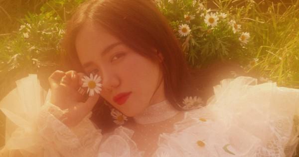 MV ''Anh là ai'' của Phương Ly: Chưa hết ngẩn ngơ vì những thước phim trong veo thì lại ''ăn một cú twist'' bất ngờ ở cái kết