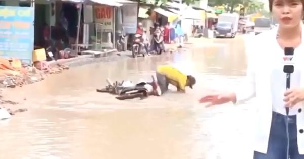 Năng nổ đi xe máy vượt đường ngập nước để lên sóng truyền hình, chú trung niên khiến ai cũng bật cười ngặt nghẽo vì quá nhiệt tình và dễ thương