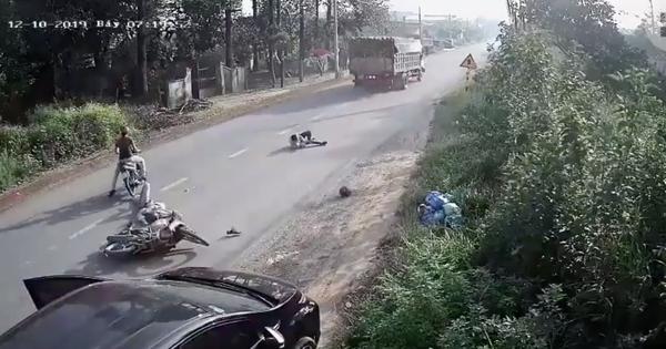 Clip: Ô tô mở cửa thiếu quan sát va trúng xe máy, 2 người đàn ông tung người sát gầm xe tải khiến nhiều người thót tim
