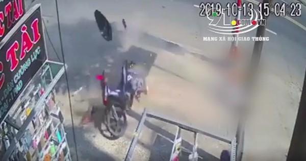 Kinh hoàng clip xe máy văng tung tóe trên vỉa hè, đôi nam nữ trượt mạnh hàng chục mét khiến nhiều người sợ hãi