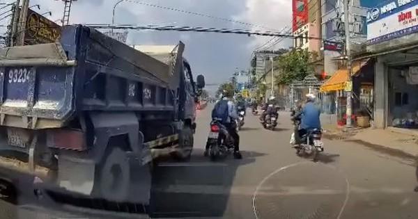 """Đến cả xe ben cũng theo trend """"cà khịa"""": Đuổi theo xe máy từng chút như hình với bóng khiến nhiều người vừa buồn cười vừa thót tim"""