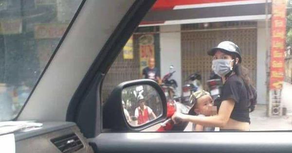 Mẹ trẻ Hà Nội vừa đi xe máy vừa thản nhiên vạch áo cho con bú khiến nhiều người nóng mắt