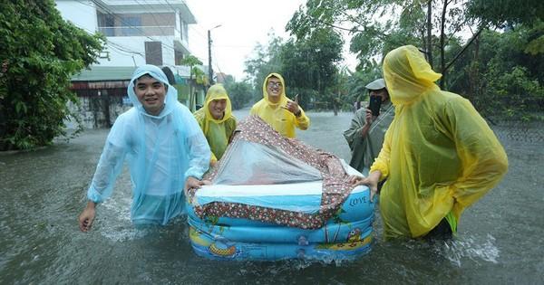 """Đám hỏi đúng ngày mưa ngập ở Nghệ An: Nhà trai dùng phao chở sính lễ, nhà gái xúc động """"tấm lòng là thứ đáng quý hơn tất cả lễ vật"""""""